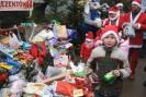 Januszek Orzechowski składa słodycze do banku upominków dla potrzebujących dzieci