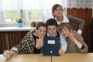 Przerwa w pokoju nauczycielskim: woźne i nauczyciele.