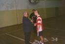 Przewodniczący Rady Miejskiej Eugeniusz Wiśniewski wręcza puchar dla najlepszej drużyny gimnazjalnej