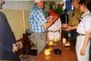Harcerze wręczają kwiaty panu Władysławowi