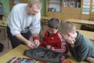 Wielkie zainteresowanie wzbudził w dzieciach zestawem kluczy i części zamiennych, który zawsze zabiera ze sobą.