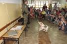 Udało się! Pies po prawidłowym wykonaniu zadania otrzymuje nagrodę.