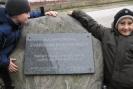 Dzisiejsi dyżurni z klasy I przy tablicy poświęconej Stanisławowi Bohatkiewiczowi.