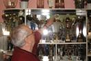Pan Jerzy Flegel pokazuje puchar z symbolem kropli krwi w sercu, za 30 lat działalności tego klubu.